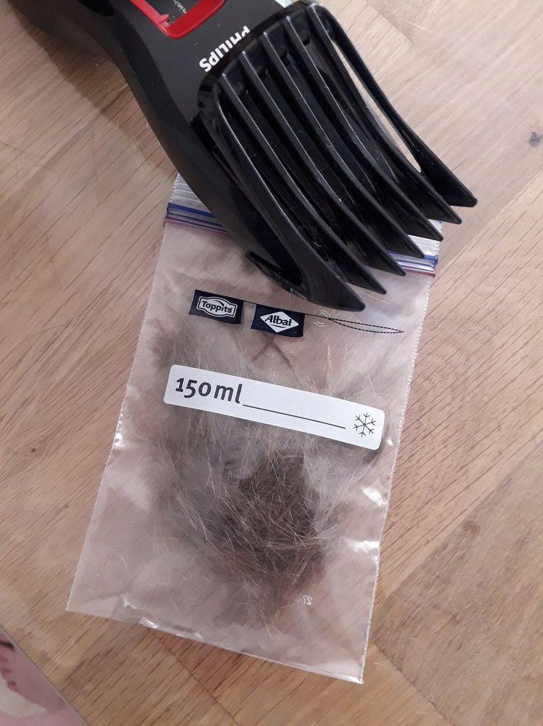 Conserver souvenirs et trésors : à chaque coupe de cheveux, Lélé veut garder quelques mèches ! :-/