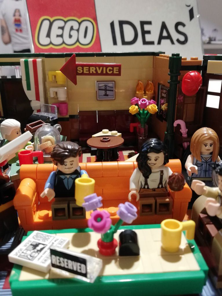 Central Perk (Friends).- L'ensemble Central Perk Lego Ideas célèbre le 25e anniversaire de Friends, l'inoubliable sitcom américaine. Cette merveilleuse reconstitution LEGO du studio où ont été tournées les scènes du café est pleine de détails authentiques, qui en font un objet de souvenir incontournable pour les fans de Friends. Inclus : 1070 pièces, dont 7 figurines. Dès 16 ans. Prix (environ) : 60€.