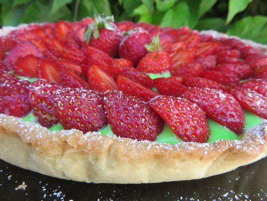 Tarte aux fraises ,crème pistache et chocolat blanc