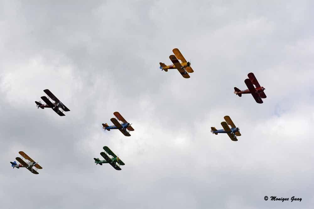 Une escadrille de sept biplans.