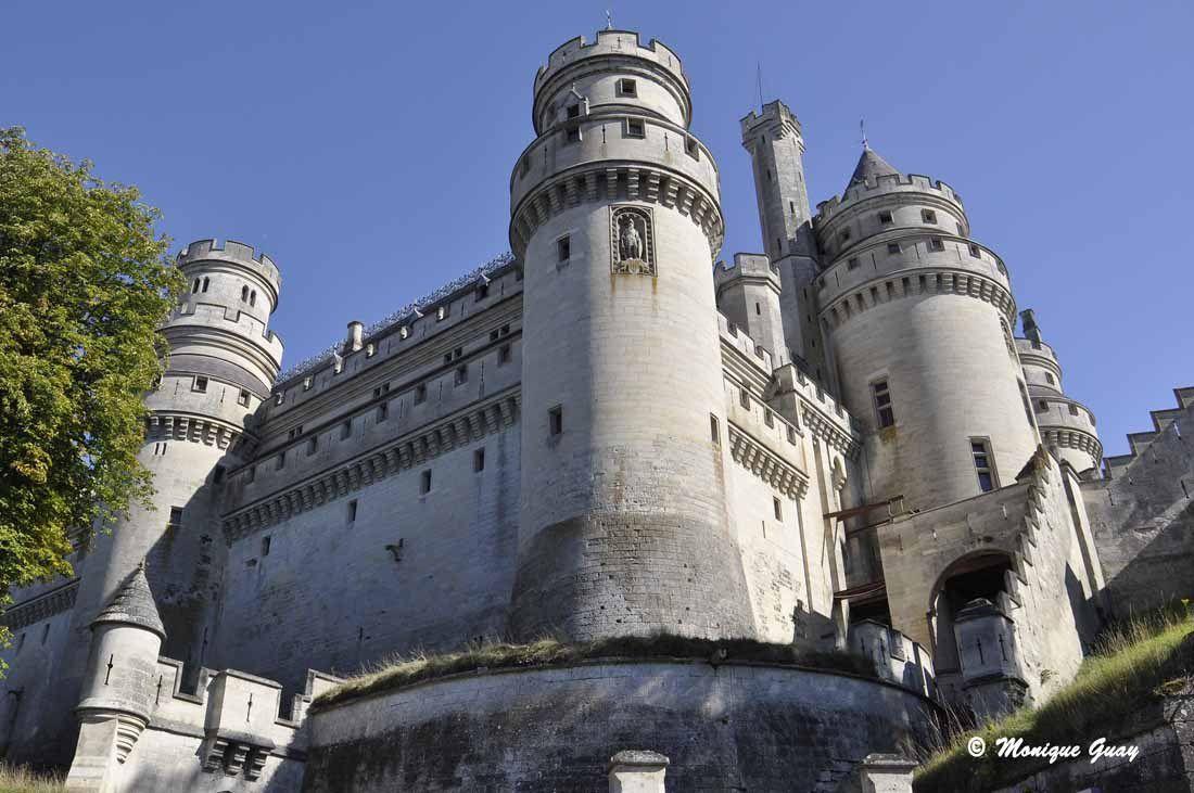 Sur ces tours, on distingue le double couronnement de défense. Les machicoulis sont présents partout.