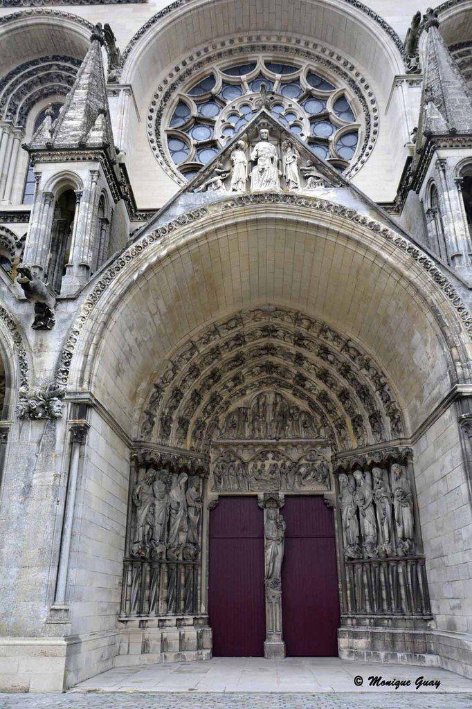 Vue sur le portail central.