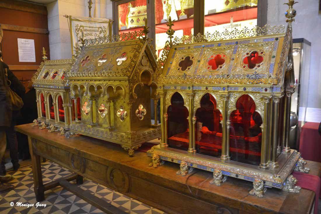 Reliquaires en forme de temples.