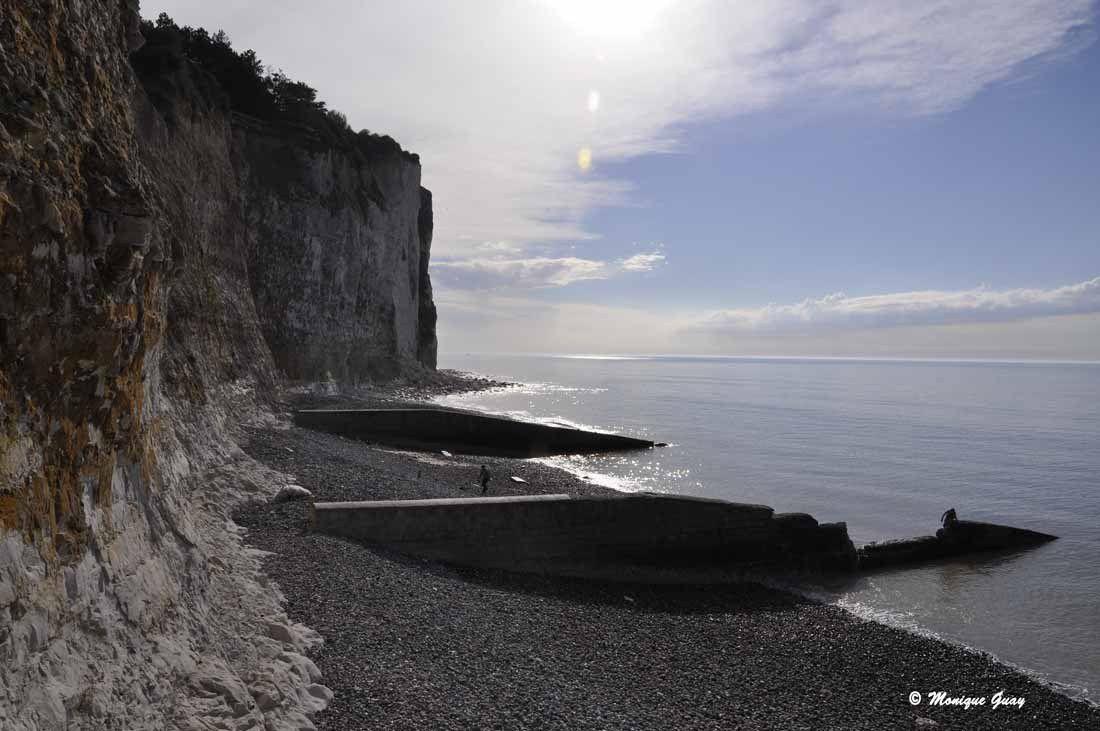 Après avoir descendu un long escalier très pentu, accès à la plage de galets.