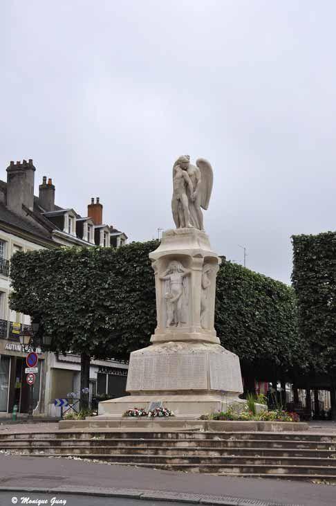 Monument aux morts: ses imposantes statues se détachent sur la pierre blanche.