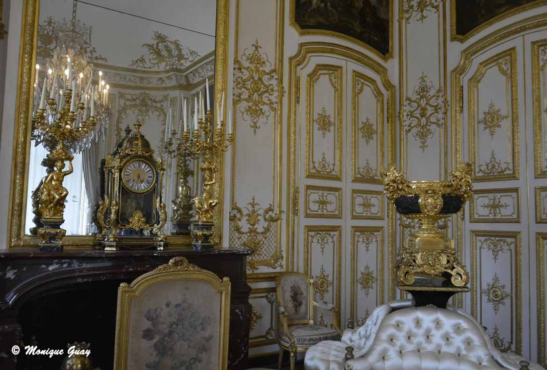 Sur le devant, un canapé à joues des années 1780.