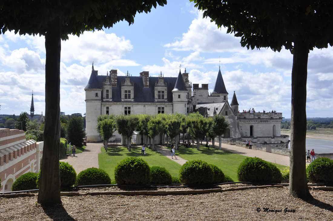 Autre point de vue sur le château à partir des jardins.