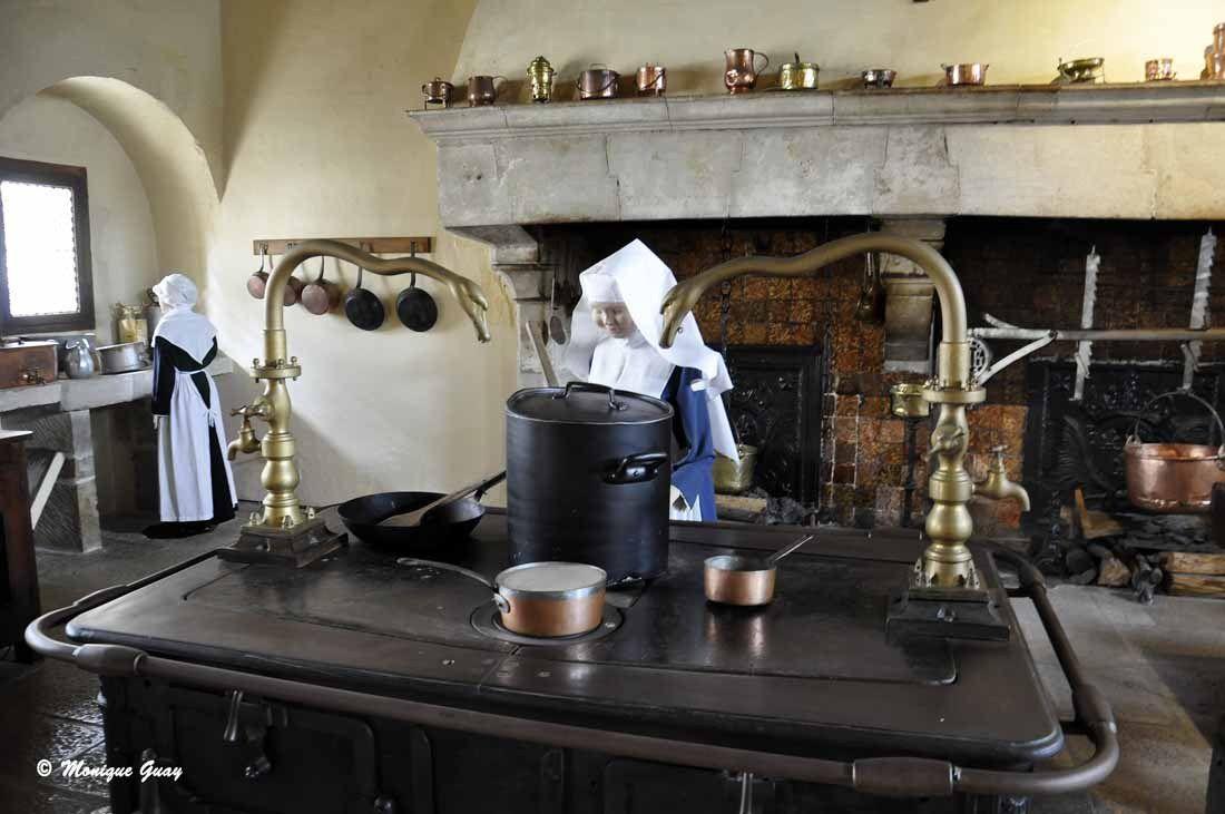 Cette grosse cuisinière est d'installation plus récente.