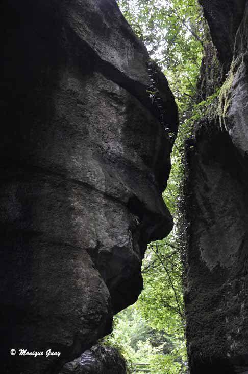 Un visage humain se détache de la paroi.