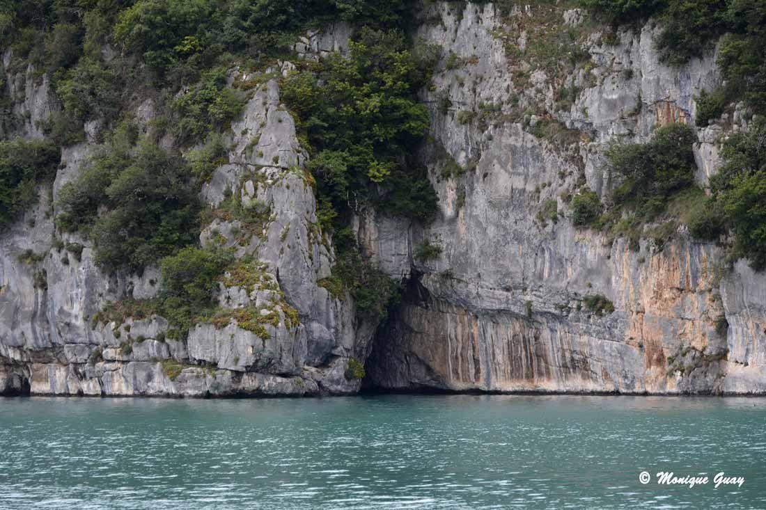 Là, on aperçoit une cavité vers une grotte. Je ne me souviens plus des renseignements donnés.
