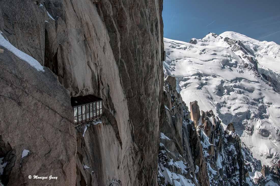 De cette galerie vitrée accrochée à la paroi, on peut avoir une vue sur les sommets alpins environnants.