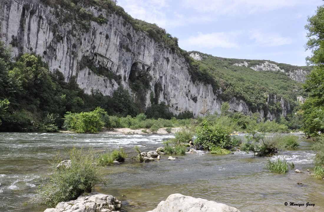 Au loin les flots tumultueux de l'Ardèche.