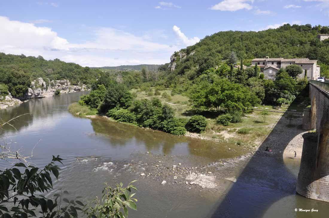 Balazuc: pont, rivière, village