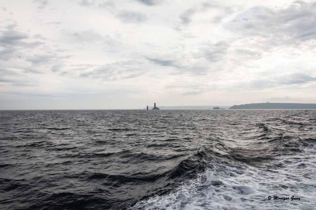 En pleine mer vers l'île de Sein. Temps gris.