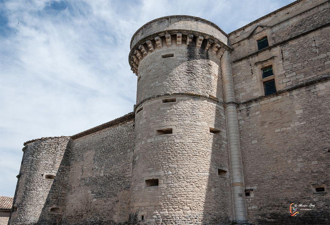 Gordes: château et ruelles