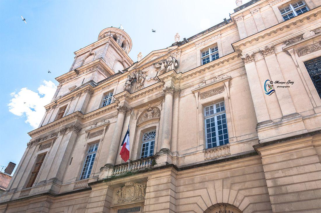 L'architecte n'hésita pas, par ailleurs, à dissimuler entièrement la base de la tour de l'horloge derrière les façades nord et est.