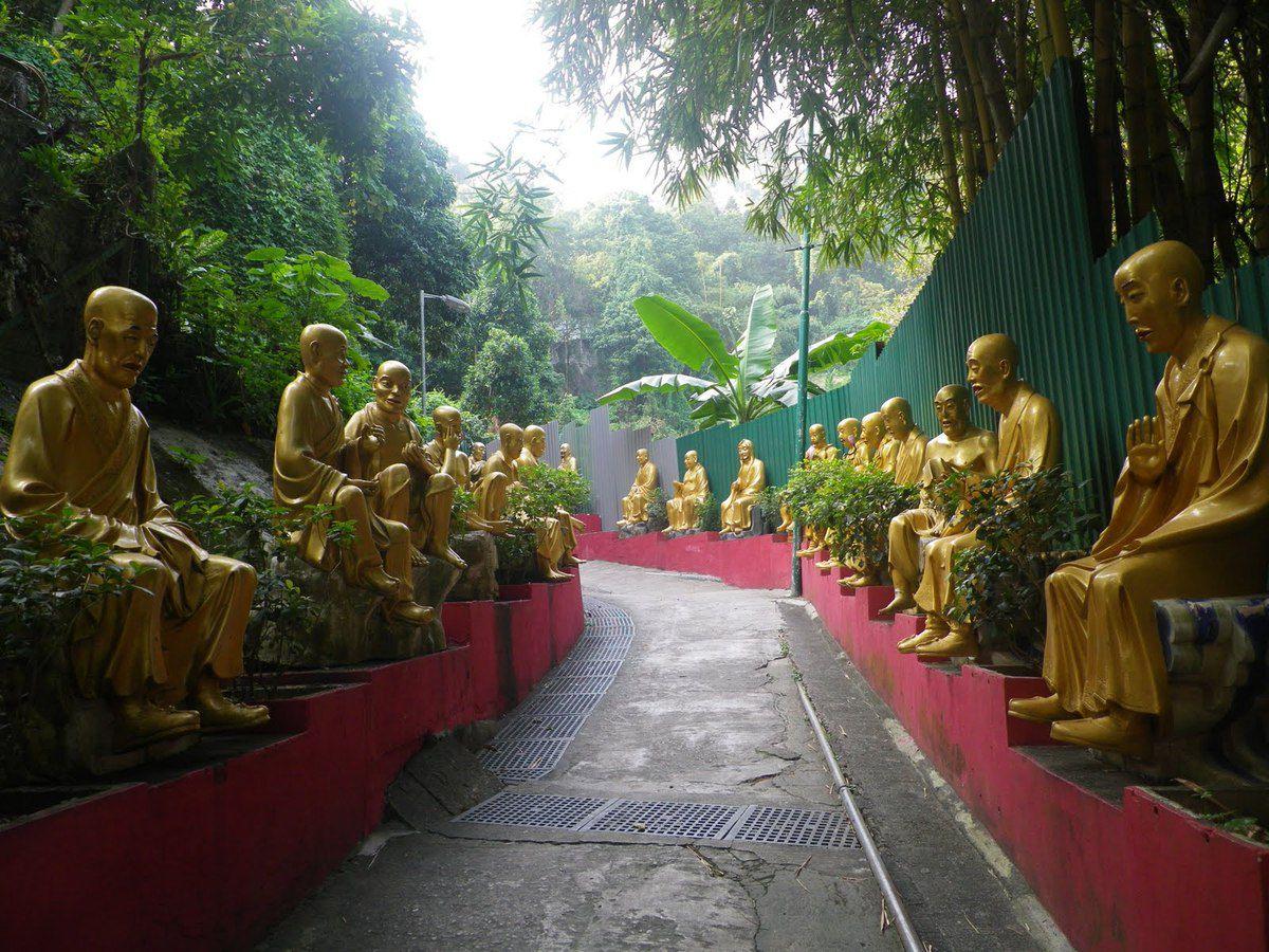 Montée vers le Monastère des 10 000 Bouddhas.