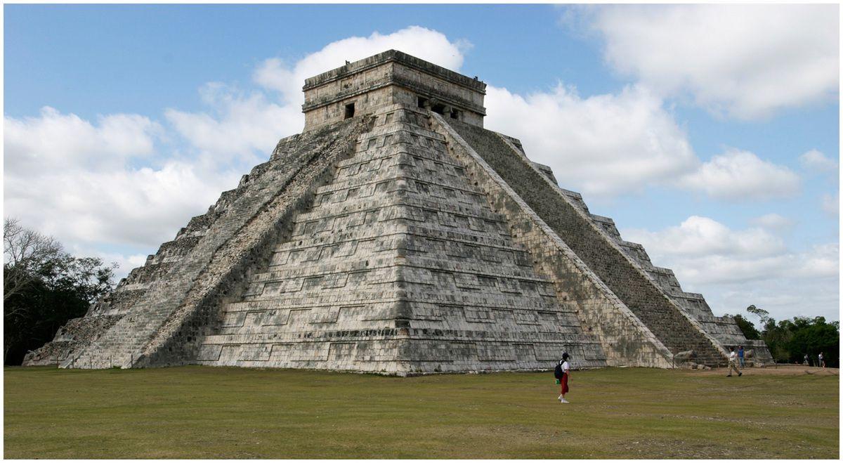 Le Castillo  - Pyramide de Kukulcan , le serpent à plumes.365 marches au total disposées sur les 4 cotés de l'édifice