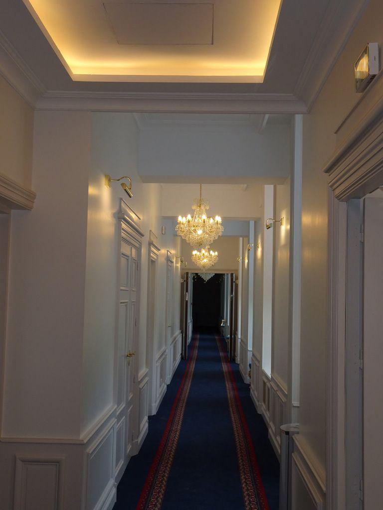 l'artiste peintre auteure des grands portraits peints (signés) dans la cage d'escalier et du trompe l'œil de la cave à cognac de l'Alexandra Palace est : Anne-Marie Berthault