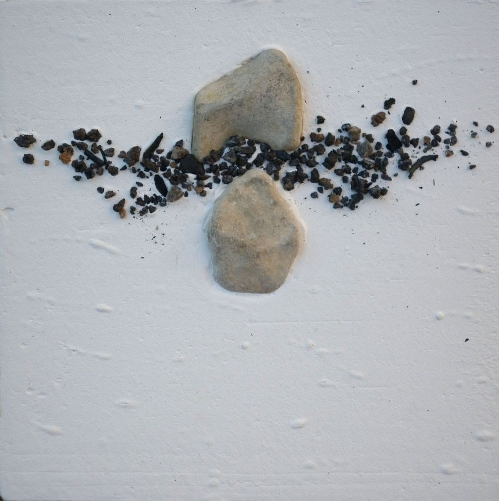 """""""En pic Saint Loup"""", 25x25 cm, Technique mixte (pierres, plâtre, charbons de bois), 2015"""