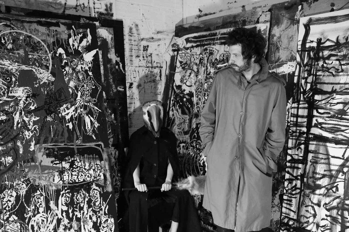 Orsten Groom, accompagné d'Elodie Tamayo, dans son atelier de Vincennes le 9 mai 2015