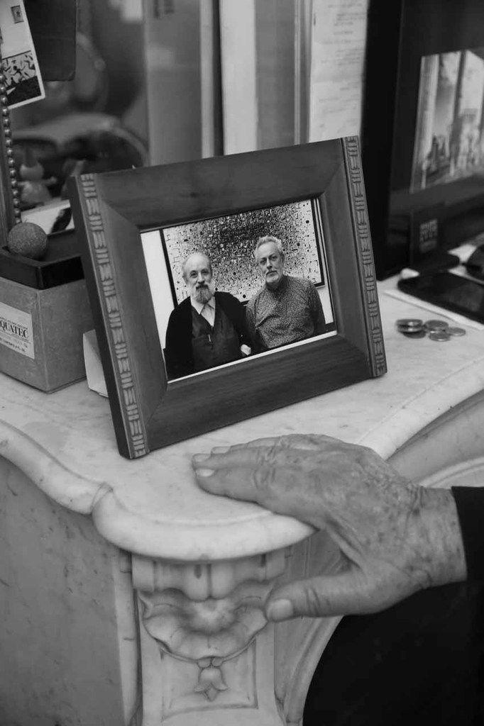 La main de Constantin Xenakis devant un portrait de Michel Butor et Constantin Xenakis