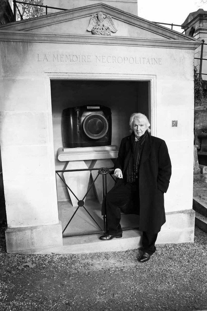 André Chabot devant sa future dernière deneure, au cimetière du Père Lachaise