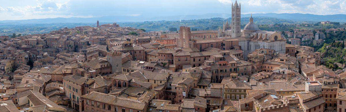 Une vue générale de la ville de Sienne. Elle aurait été fondée par Senius, fils de Rémus, l'un des frères jumeaux qui fondèrent Rome.