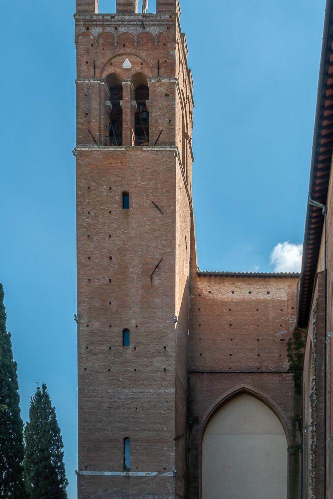La basilique gothique Saint-Dominique date du XIV siècle.  Son clocher fut abaissé aprés l'endommagement du tremblement de terre au XVIII s.