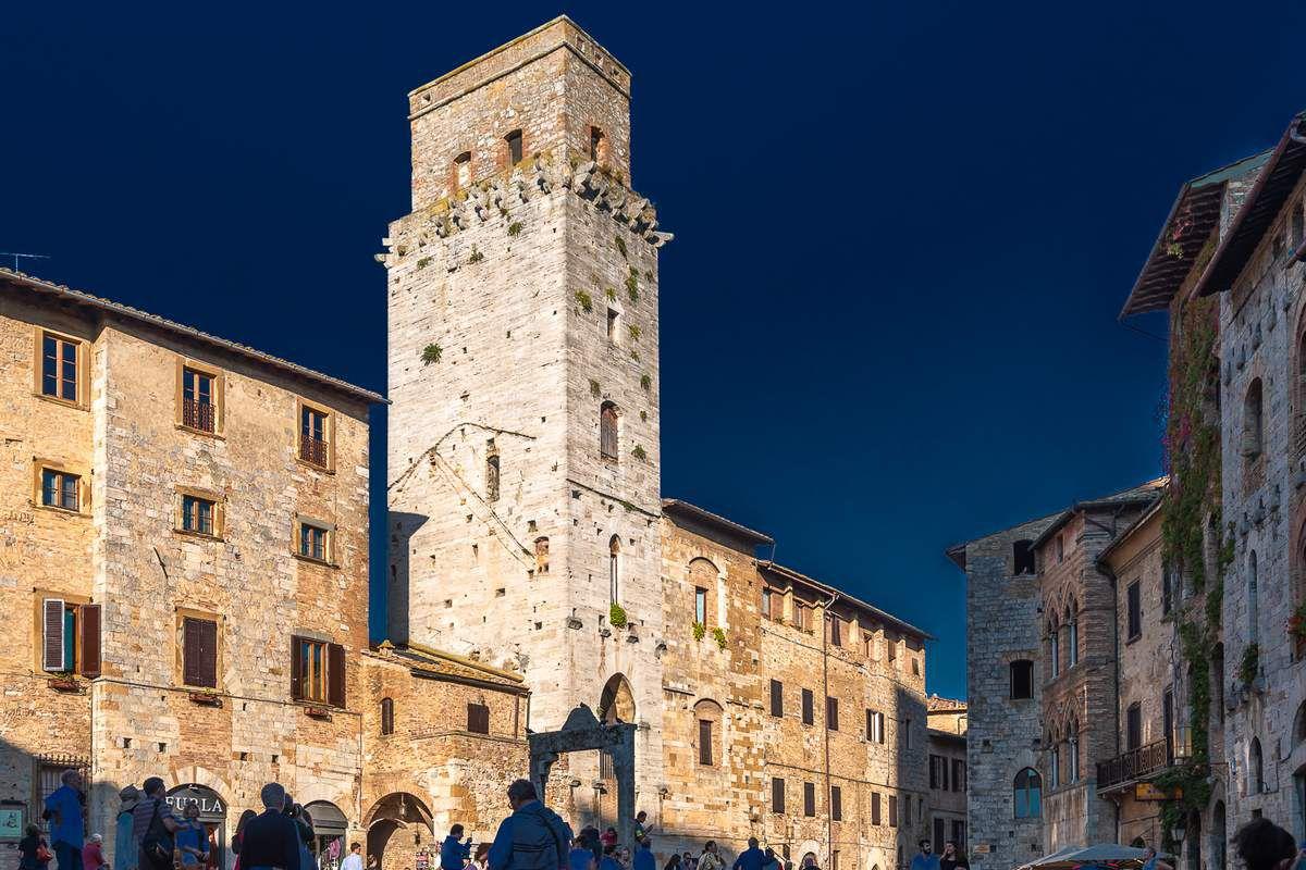 La Piazza della Cierna pavée de briques en écaille de poisson et bordée de somptueux palais, marque l'entrée dans le cœur historique de la ville. Le puits au centre a été construit en 1287 par les gibelins.
