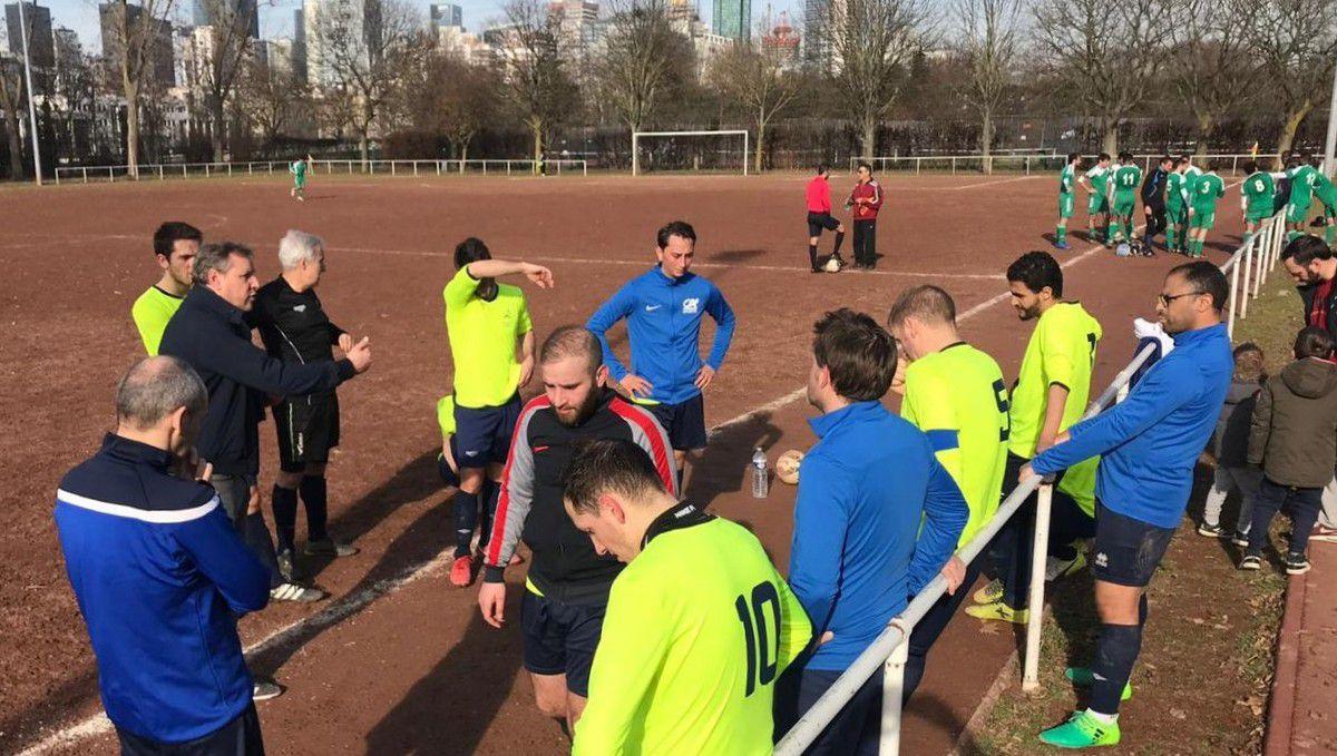 Ile de Puteaux, 14h30 : Coach Sylvain transmet ses consignes à la mi-temps du match contre Epsidis 2000.