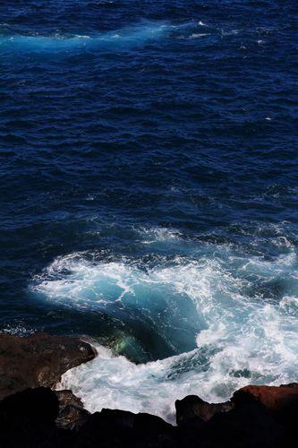 Vagues, depuis la plage de Nogales ou du haut de la falaise qui la surplombe.