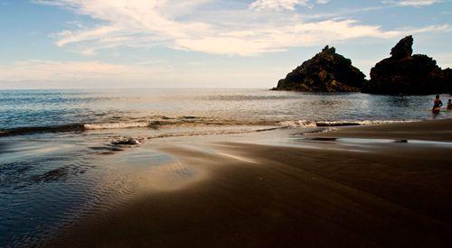 Plage de Nogales, au pied d'une immense falaise. Grosses vagues et courants ne permettant pas très souvent la baignade. Mais sur cette plage très familiale où il y a toujours très peu de monde, on y a la sensation d'etre comme un naufragé ayant débarqué sur une île déserte...