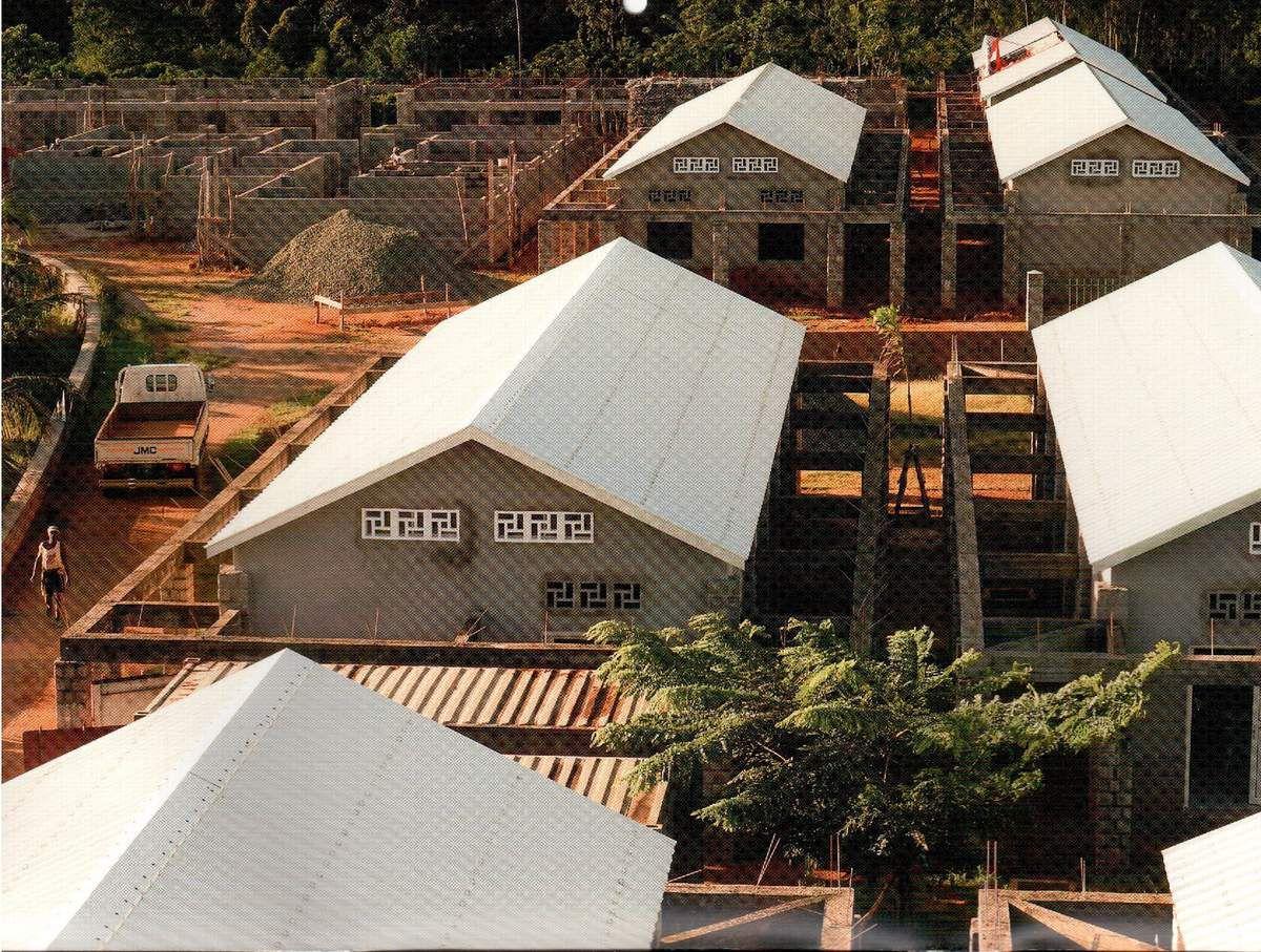 Vue prise du chateau d'eau montrant les 6 premiers pavillons et le plateau technique en haut à gauche.