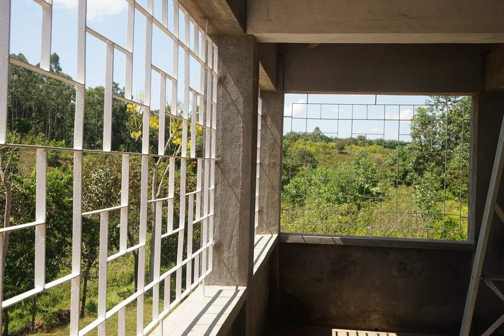 Protection par grilles de la varangue du premier étage avec reprise du motif utilisé pour les petites ouvertures