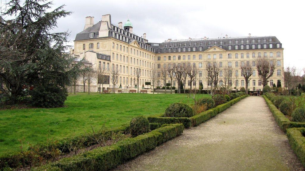 Bâtiments des MEP vus du jardin intérieur