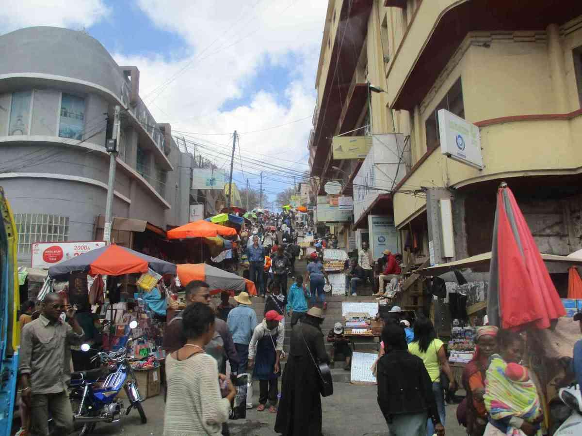 Rue animée du centre d'Antananarivo.