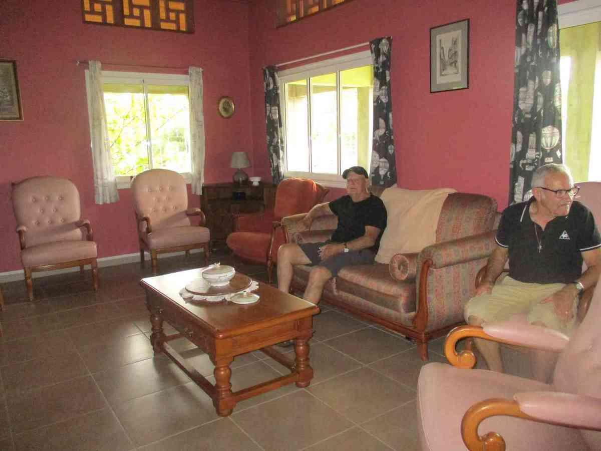 Pierre et Jean-Marc testent les fauteuils du salon de la maison du responsable. Le test est positif !