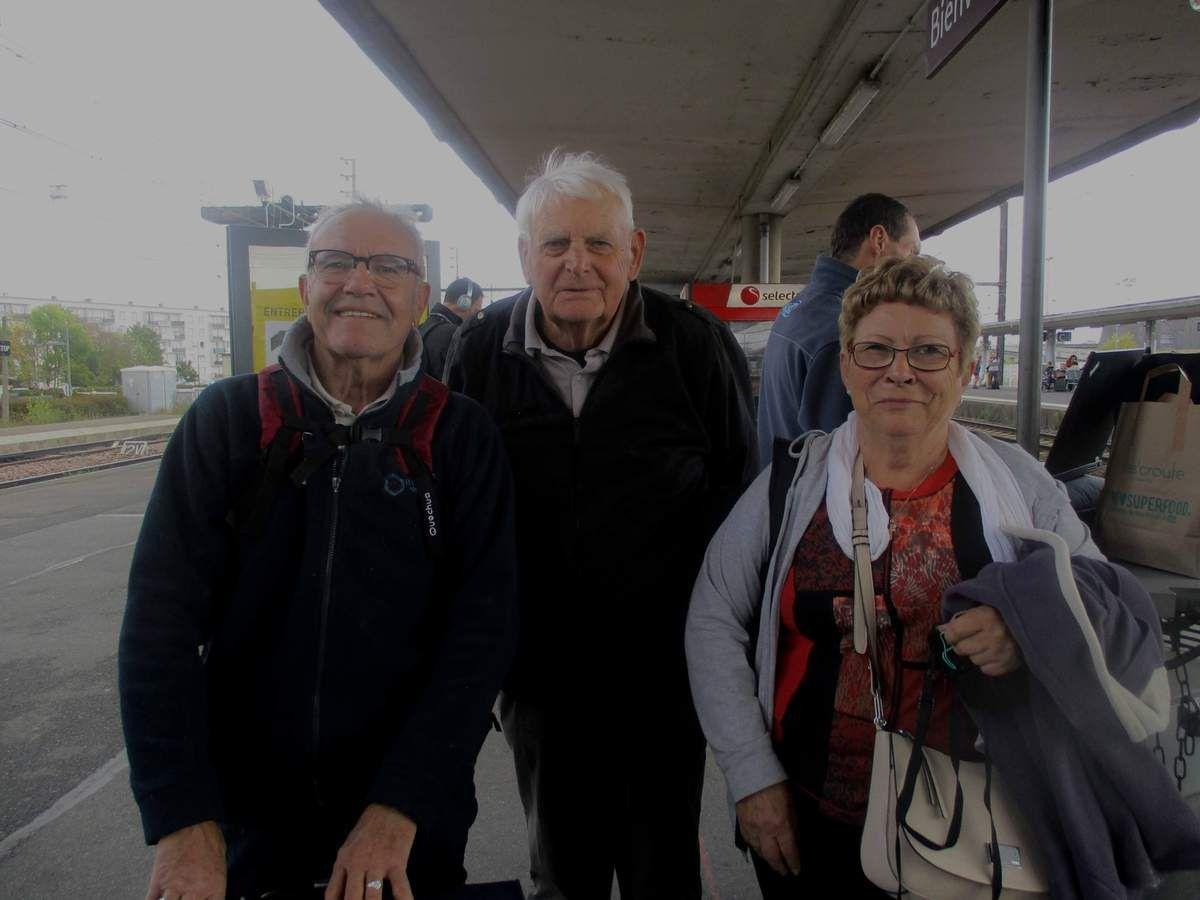 Jean-Marc Gimenez, Pierre Deschamps et GuillemetteThuillier attendent leur TGV pour Paris à la gare de Saint-Pierre-des-Corps