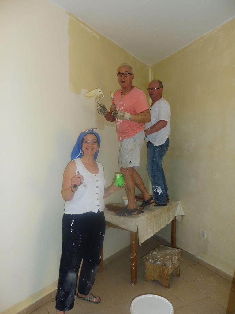 Nous avions notre sœur Teresa à nous, elle supervisait les travaux... Gérard nous a bien aidé en peinture, il était plus près des plafonds que nous... c'est peut-être pour ça qu'il a de la peinture à l'œil.
