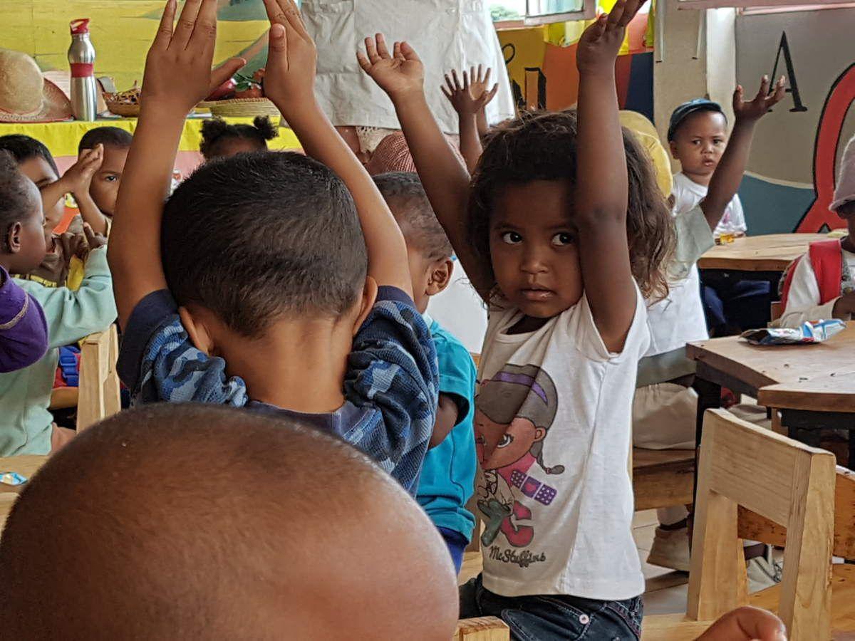 Enfants de la garderie de CDM avec sur la dernière photo les dons reçus qui vont être distribués aux mamans.