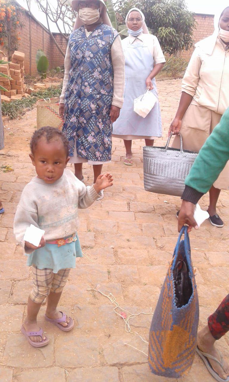 Les sœurs gèrent et assurent la distribution à Antsobolo à Madagascar