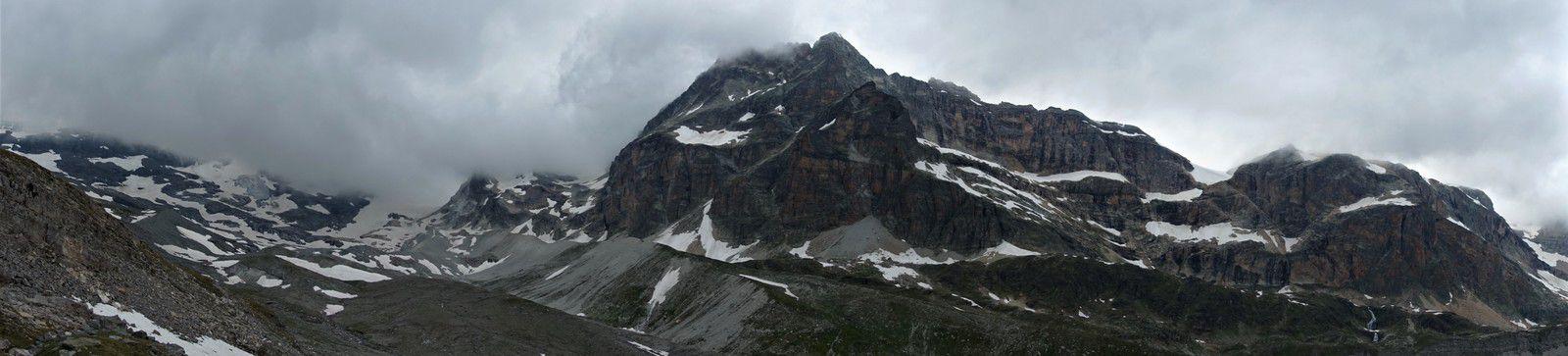 Magnifique vue sur la non moins magnifique vallée de la Leisse sous le glacier de Tignes. 1300m de verticalité au dessus de vous. Sorella et Fratello ???? Sous le glacier de la Vanoise