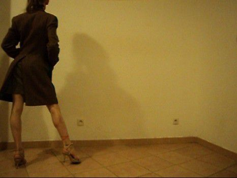 femme toute nue sous le manteau brun vert kaki doublure turquoise jolies jambes exhibee