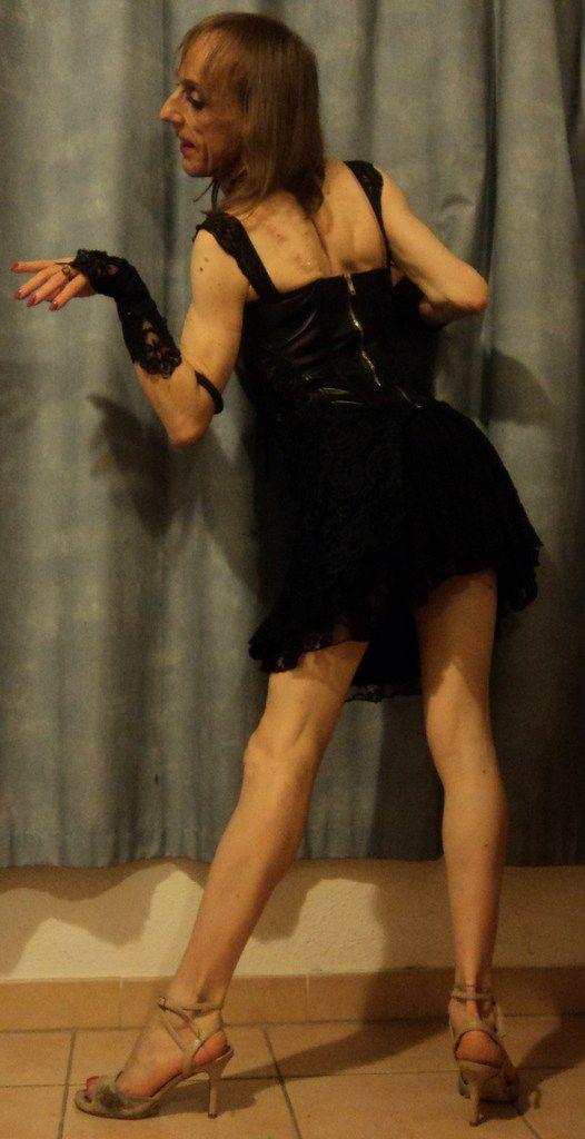 mini jupes robes courtes sexy affriolantes nouvelle saison tango tendance 2017 collection printemps été style esthétique modèle  mannequin amateur androgyne transgenre fashion victime beauté elle et lui débardeur rose haut court noir vert petite taille fine jolie fille sandales à talons hauts chaussures ville soirée danse chic bcbg gothique vintage week she love dress clothes women citations grands couturierd stylistes écrivains littérature au féminin femme culture arts pensées réflexions comment s'habiller  pour être séduisante, belle et paraître jeune Miss GayLesbos Mademoiselle Plume une dame élégante vêtue par les copines
