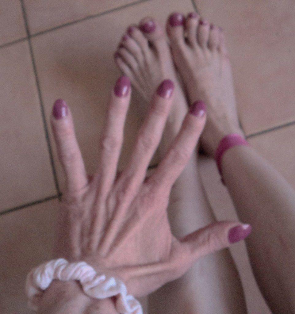 belle main jolis doigts pieds base vernis ongles rose studio tendance actuelle esthetique beaute femme gala chic