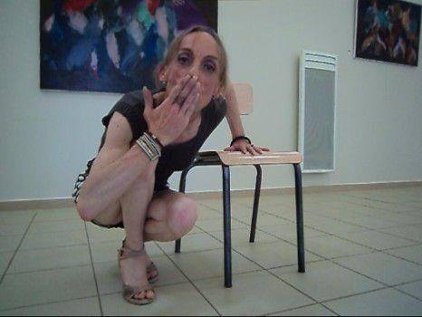 Mirada personne invite regard tango panam padam encuentro plume soie gay queer chaise musicale robe jupe dame velours