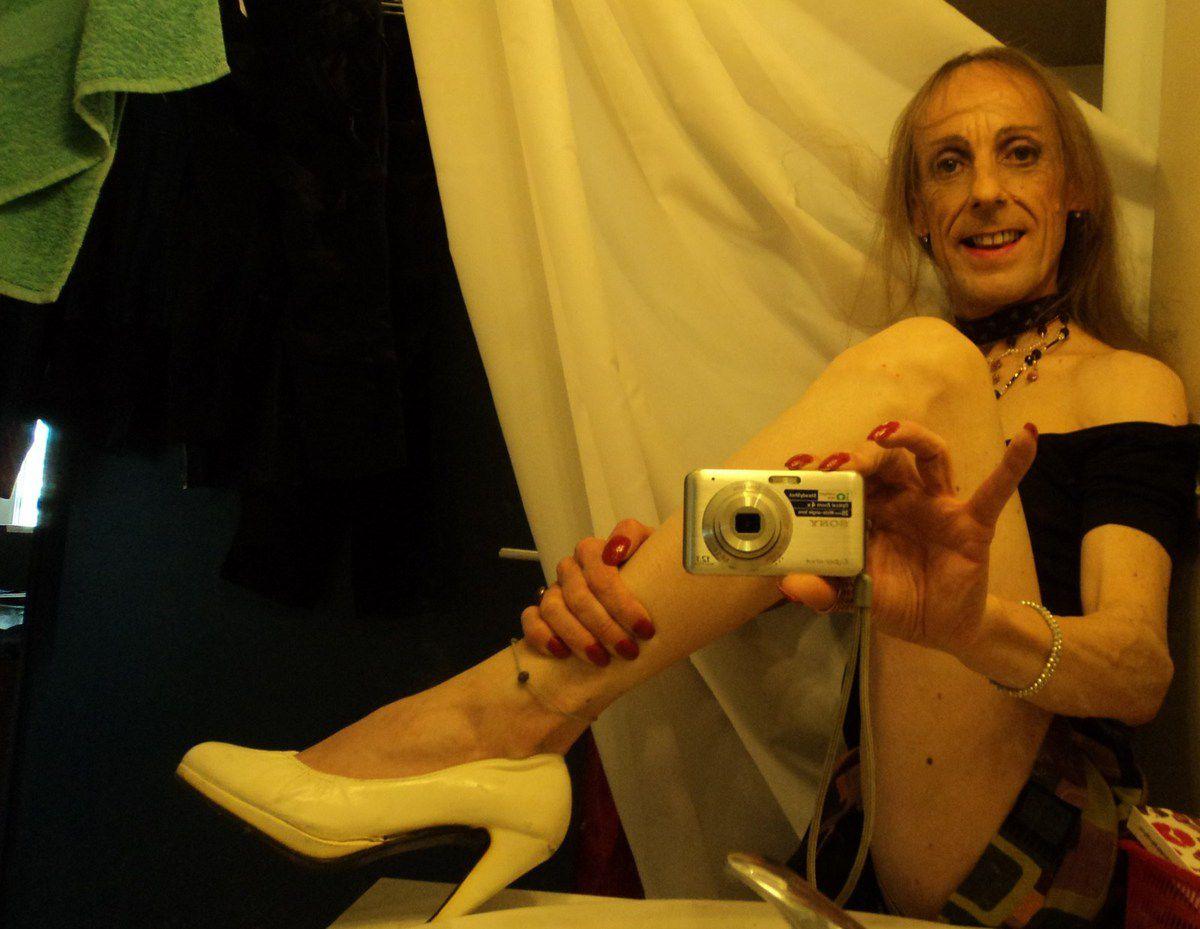 Elle est vilaine gay trav mature avignonnaise 40ans escarpin culotte jupe ras le cul De quoi fouetter chatte salledebain