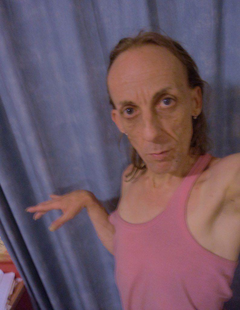 Pourquoi les filles font des selfies bouche cul de poule duck face? Chez un mec ça veut dire homo gay pédé?