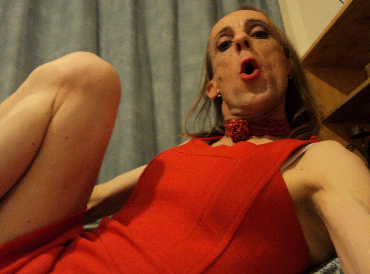 Gay selfie béante attitude bouche rouge-à-lèvre lettre O en cul-de-poule. Fantasme de femme trans travesti avignonnais